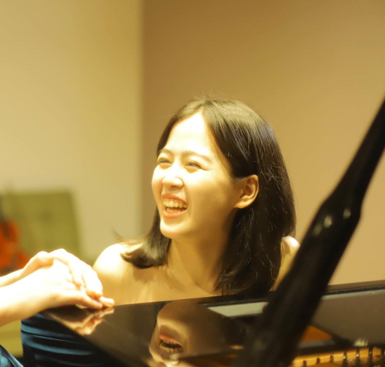 姉(ピアノ講師)