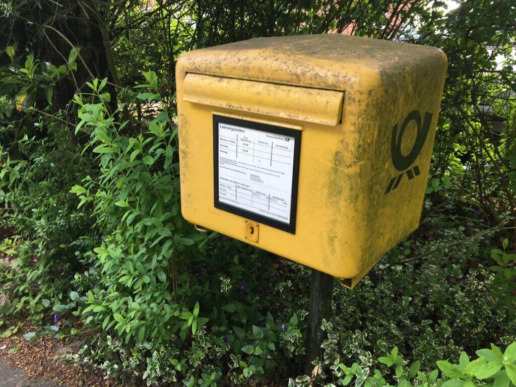 黄色いドイツの郵便ポスト