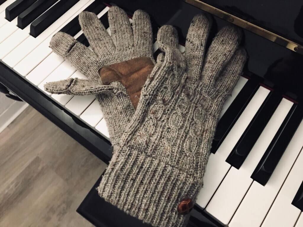 指先に切れ目が入った手袋